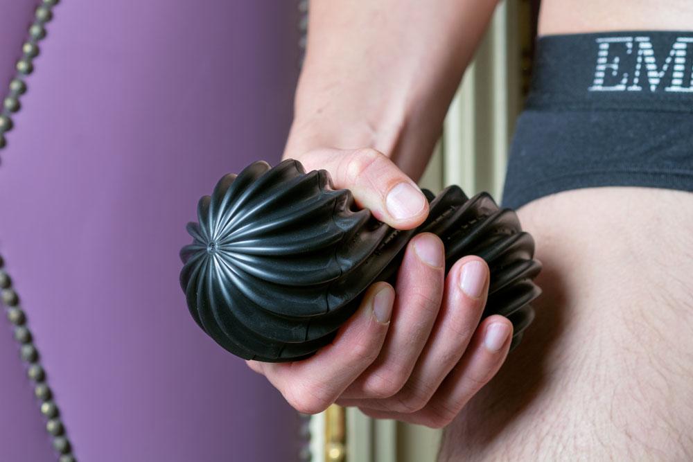 sex toy tenga flex rocky black in mano