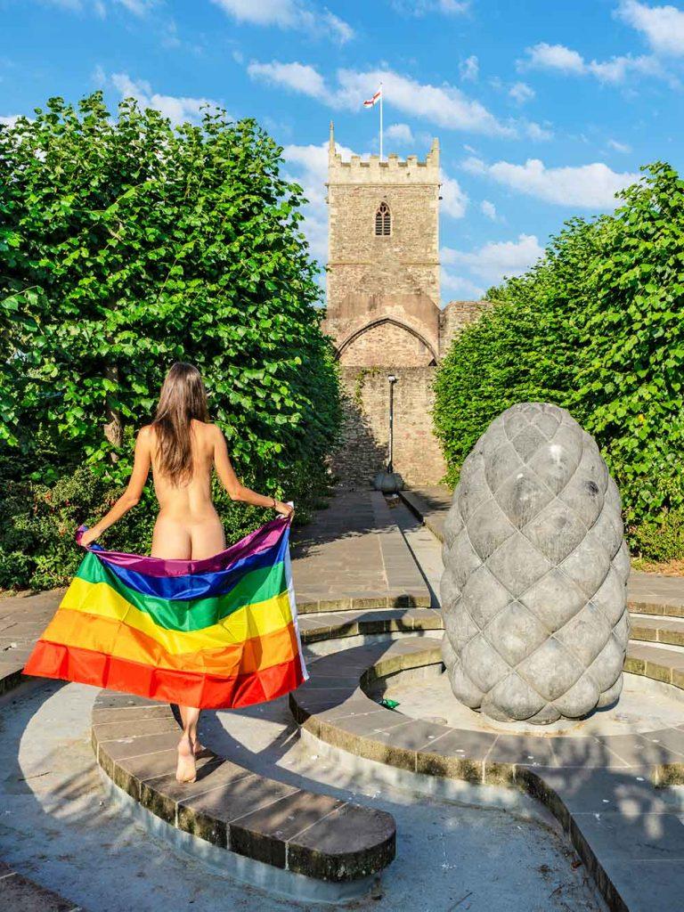 nuda con bandiera arcobaleno pride a bristol castle park