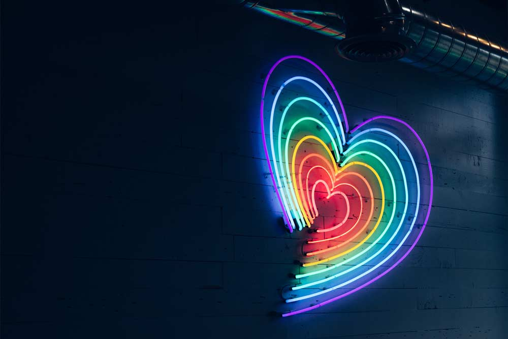 insegna neon cuore arcobaleno