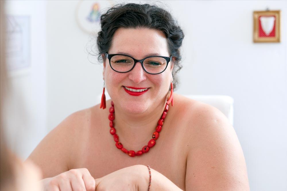 Violeta Benini durante l'intervista nuda