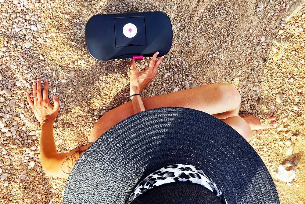 Joyboxx contenitore sex toy sulla spiaggia