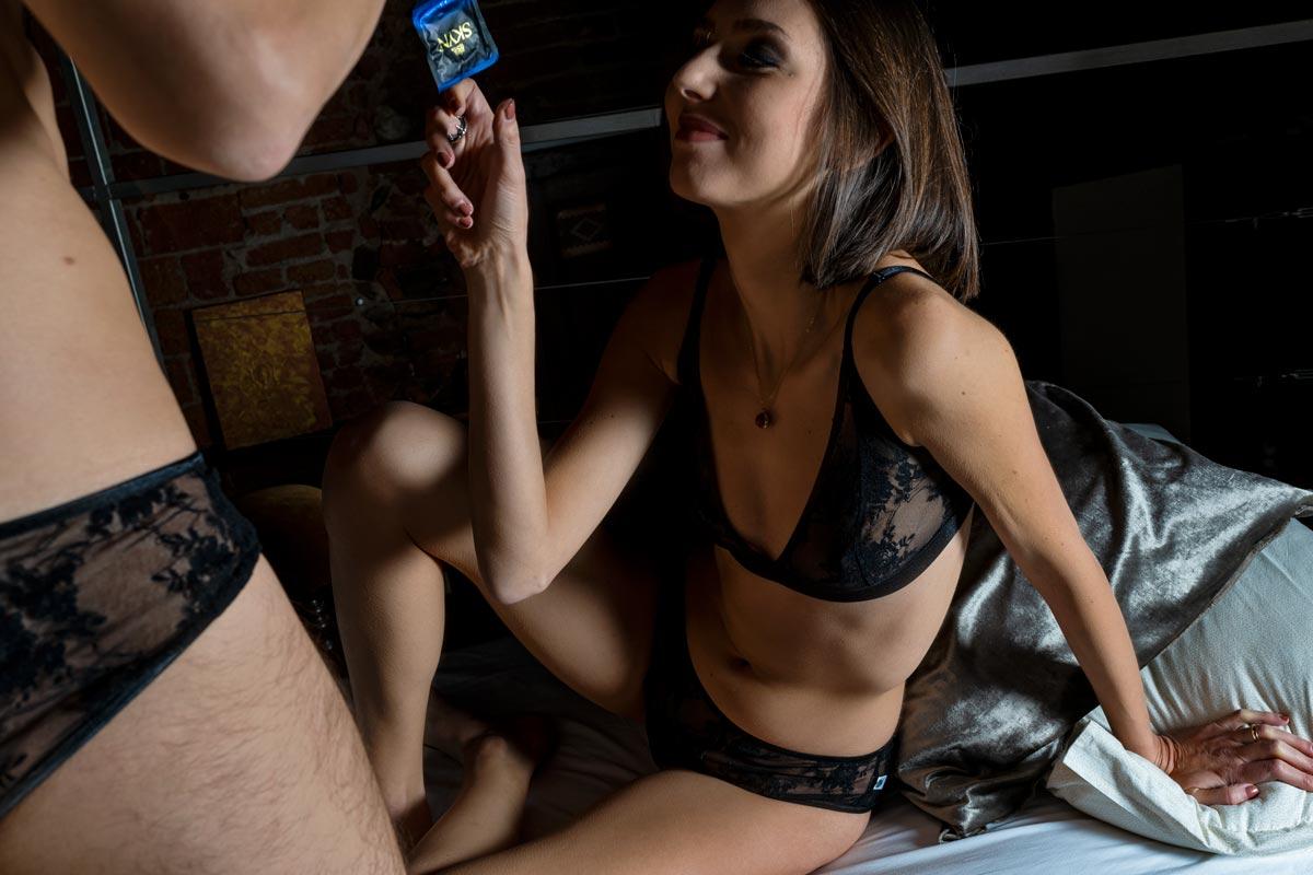 Coppia che gioca con preservativi senza lattice Skyn